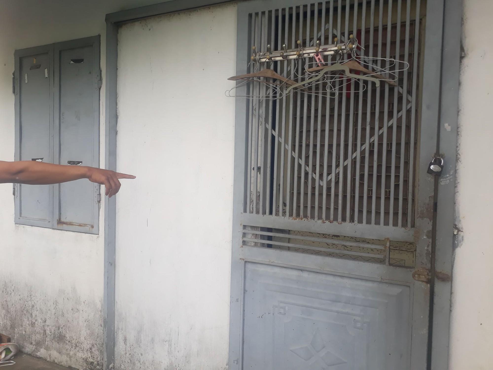 Giây phút bố đẻ khóa trái cửa, dùng tuýp sắt bạo hành dã man 2 con ở Hà Nội: Nó đánh con như đánh kẻ thù vậy!