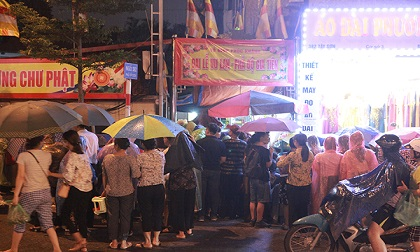 Ảnh: Hàng nghìn người đội mưa dự lễ Vu Lan ngoài đường