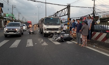 """Lại xe """"điên"""" gây tai nạn liên hoàn: Ô tô tải húc văng 5 xe máy tại TP.HCM"""