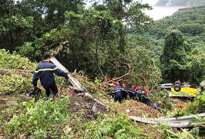 Phút giải cứu nữ sinh viên kẹt trong chiếc xe nát tươm dưới vực đèo Hải Vân - 3