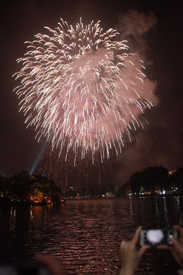 Pháo hoa sáng rực khắp mọi miền Tổ quốc, chào năm mới Kỷ Hợi 2019 - 2