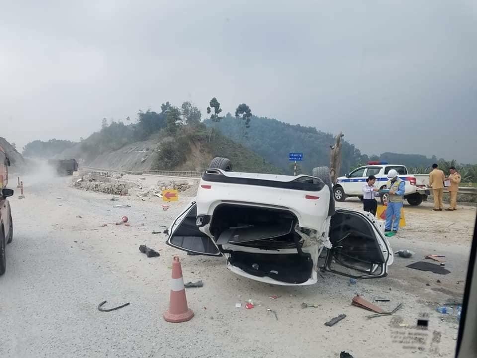 Gặp tai nạn kinh hoàng, xế hộp chở 3 người