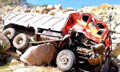 Sạt lở núi, tài xế cùng xe ben rơi xuống vực sâu tử nạn
