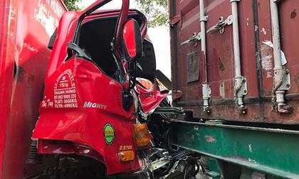 Ớn lạnh với hiện trường vụ tai nạn xe tải bị kẹp giữa 2 xe container