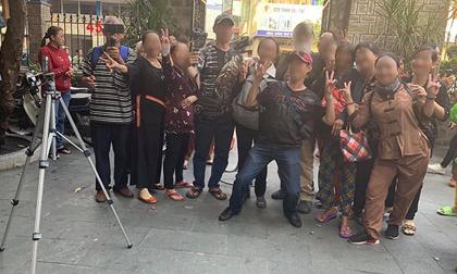 Hành động cười đùa, chụp ảnh phản cảm trong đám tang nghệ sĩ Anh Vũ