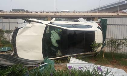 Nữ tài xế lái Mercedes tông loạt xe máy, đổ cột điện giữa Hà Nội