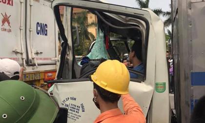 Bé trai bò dậy, sống sót thần kì trong chiếc xe tải bị đâm tới biến dạng sau va chạm với container