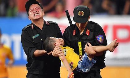 Cảnh sát cơ động giải cứu CĐV nhí ngất xỉu ở 'chảo lửa' Thiên Trường