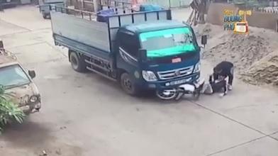 Chạy xe tốc độ cao qua ngã tư, thanh niên phanh gấp một giây trước khi bị xe tải kéo lê trên đường