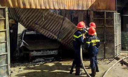 Ô tô trong ga ra bốc cháy dữ dội, cả gia đình hốt hoảng tháo chạy