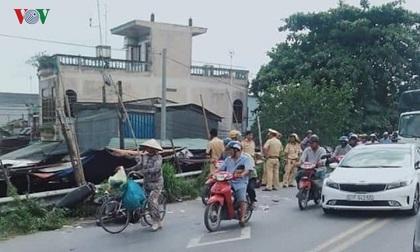 Xe máy va chạm xe bồn, 2 người tử vong