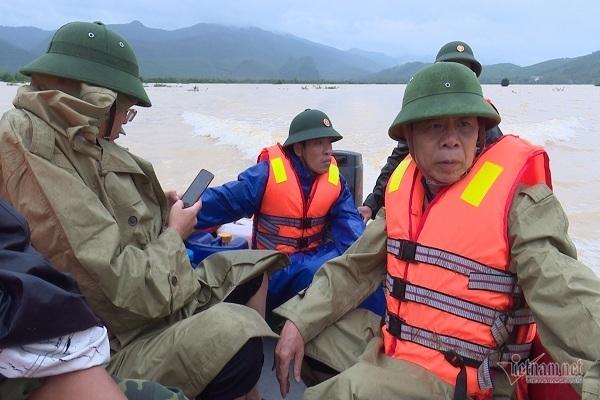 Phó chủ tịch huyện ở Quảng Bình vật lộn giữa dòng nước lũ suốt 1km