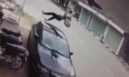 Clip: Nữ sinh đi xe ngược chiều bị ô tô tông kinh hoàng
