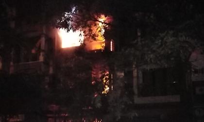 Nửa đêm nhà dân bốc cháy dữ dội ở Khu đô thị Xa La