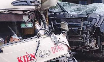Xe khách và xe ben tông nhau, 2 tài xế cùng 4 người bị thương