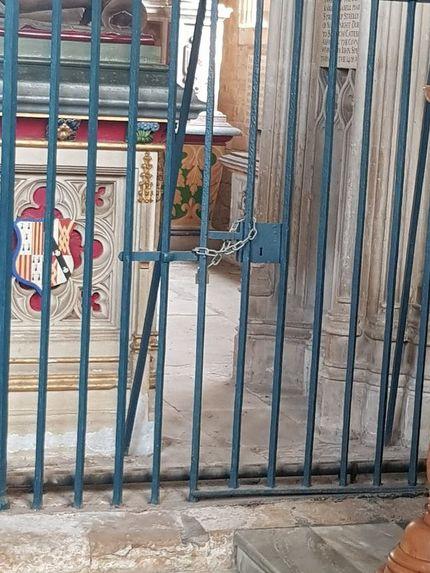 Cánh cổng cao gần 2 mét ngăn chặn người lạ đột nhập