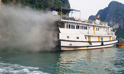 Tàu du lịch bất ngờ bốc cháy ngùn ngụt trên Vịnh Hạ Long
