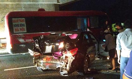 Kinh hoàng hình ảnh ô tô 4 chỗ bị vò nát sau tai nạn trên cao tốc
