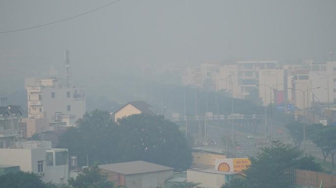 Bầu trời mù mịt đến khó tin ở đại lộ Võ Văn Kiệt sáng 6-10 - 1