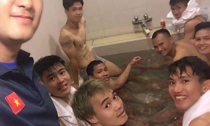 Sau trận thắng Malaysia, màn 'khoe' body của Công Phượng khiến fan nữ xuýt xoa