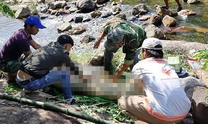 Người dân tá hỏa phát hiện thi thể người đàn ông trương phình, nằm sấp dưới khe suối
