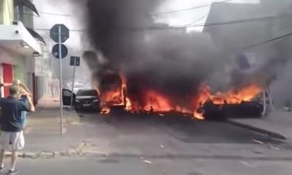 Máy bay rơi xuống đường, đâm trúng hàng loạt xe hơi: Ít nhất 3 người thiệt mạng