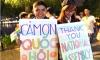 Ngày hợp pháp hóa chuyển giới: Bạn trẻ ra đường với bảng chữ 'Cảm ơn Quốc hội'