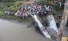 Tránh xe đạp, xe buýt lao xuống sông, 37 người chết