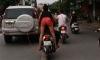 Cô gái trẻ 'làm xiếc' trên phố, vừa đứng sau vừa lái xe vừa hôn hít bạn trai
