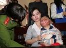 Rơi nước mắt với người mẹ có con bị chồng đốt, bản thân bị thẩm phán gạ tình