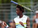 Federer đánh hiểm, Monfils cứu bóng tung cả vợt