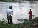 Xác chết tay bị cột vào bao tải đá nổi trên sông Sài Gòn