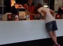 Video cô gái ăn kem kiểu con gà