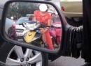 Ảnh cho con bú khi chạy xe ở VN gây xôn xao dân mạng