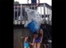 Video cô gái tử vong khi chơi trò đổ ụp xô nước đá lên đầu