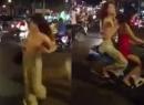 Cô gái trẻ 'không mảnh vải che thân' thản nhiên sải bước giữa phố Hà Nội