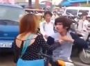 Video thanh niên bị bạn gái túm cổ, giật tóc