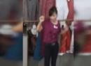 Video cô chủ hàng quần áo nhảy giữa chợ để 'câu' khách