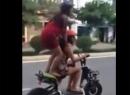Video kết cục của hai em tập bay trên đường