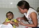 Bé gái 4 tuổi nghi bị ba mẹ hành hạ hơn thời trung cổ