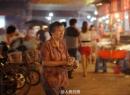 Đau lòng cảnh con trai trốn nợ, mẹ 67 tuổi bán bánh đêm kiếm tiền trả nợ