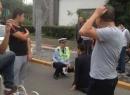 Vi phạm giao thông bị cảnh sát 'tuýt còi' liền giở trò ăn vạ