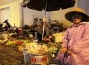 Tranh nhau hôi tiền 'bay' của người bán rau tại TP Vinh