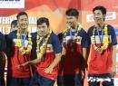 Đội trưởng U21 Việt Nam diễn trò lố trên bục trao giải