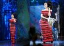 Quỳnh Nga đội tóc giả nặng 6kg làm vedette trong show diễn trước đám cưới