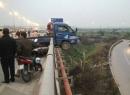 Tông người rơi khỏi cầu, xe tải lơ lửng như trong phim hành động