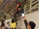 Trèo tường để 'thoát thân' khỏi đám đông tắc nghẽn trong Royal City