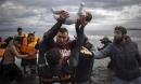 Cảm động hình ảnh em bé sơ sinh di cư được cứu sống trong giây phút sinh tử