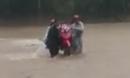 Thót tim cảnh giáo viên khiêng xe máy vượt lũ dữ đến trường