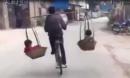 Ông bố đèo con bằng đôi quang gánh trên xe đạp